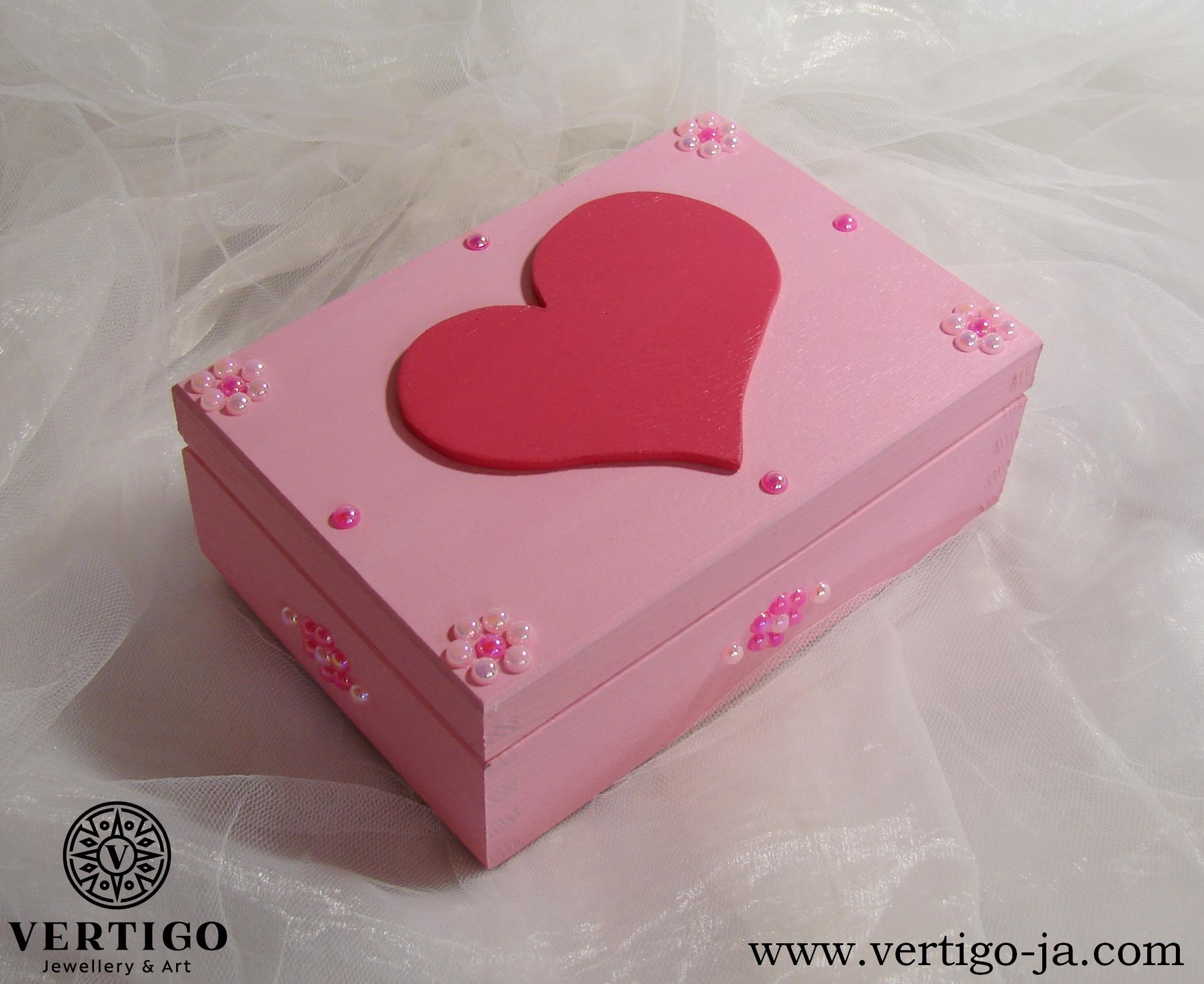 Różowe, drewniane pudełko z sercem i perełkami
