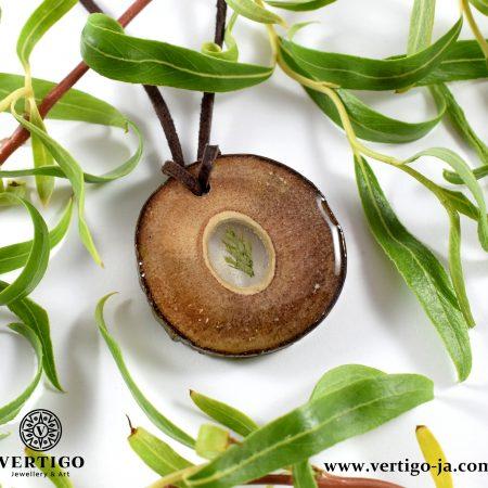 Drewniany wisiorek z suszoną roślinką i żywicą