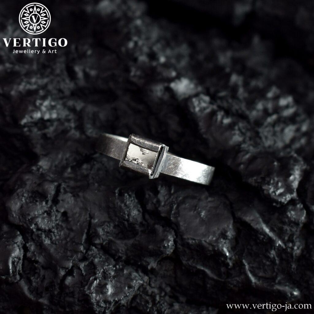 Regulowany pierścionek z kryształem pirytu wykonany z oksydowanego srebra 0,925