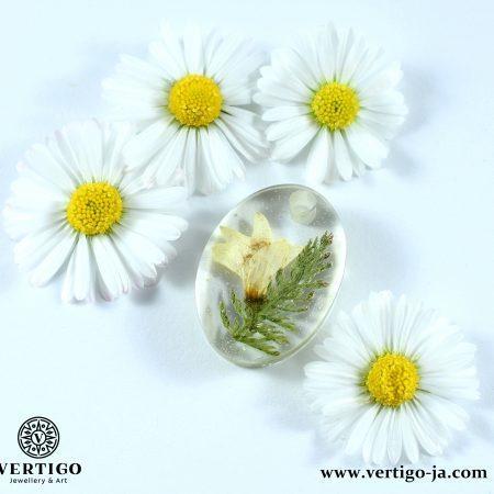Owalna zawieszka z żywicy z białym kwiatkiem i zieloną roślinką