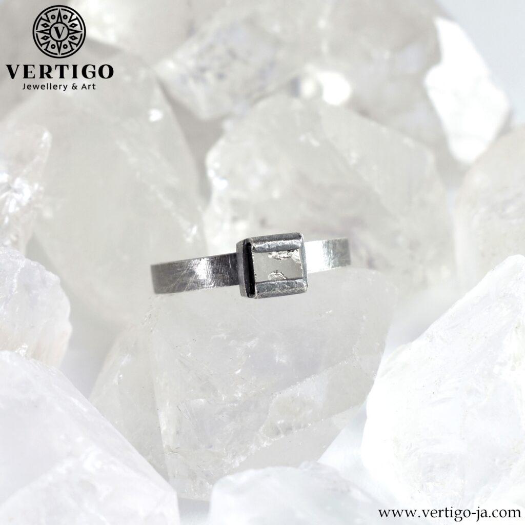 Oksydowany srebrny pierścionek z pirytem - regulowany pierścionek o surowej fakturze