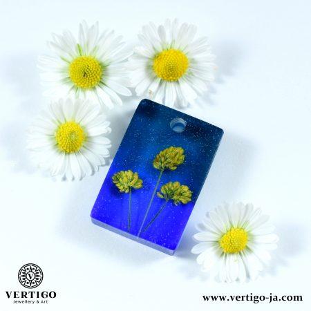 Prostokątna niebieska zawieszka z żywicy z żółtymi kwiatuszkami