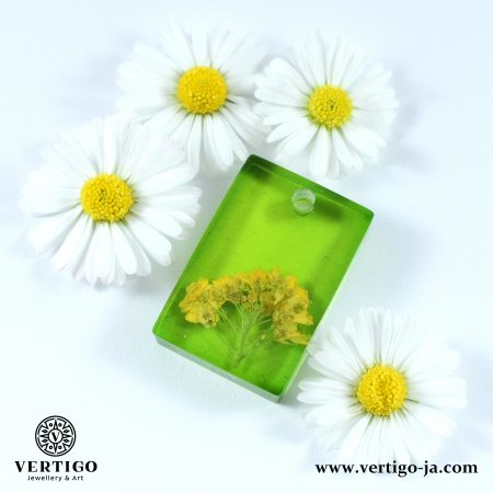 Prostokątna, zielona zawieszka z żywicy z żółtymi kwiatuszkami