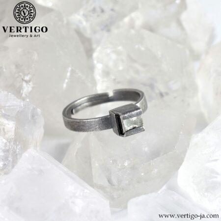 Industrialny pierścionek z kryształem pirytu - srebrny oksydowany pierścionek z regulowanym rozmiarem - surowa faktura