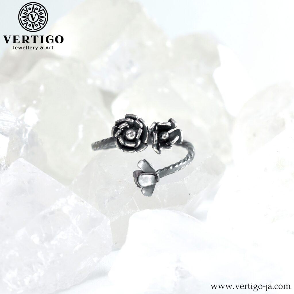 regulowany srebrny pierścionek z różami - oksydowane srebro