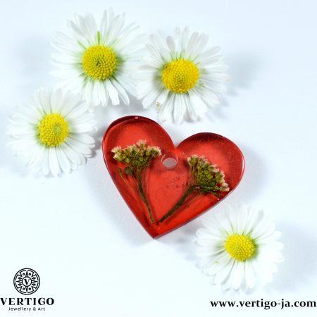 Zawieszka czerwone serce z żywicy z białymi kwiatuszkami