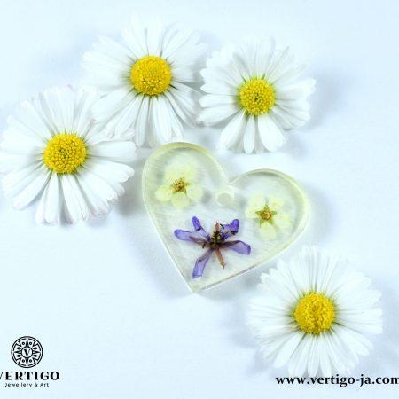 Zawieszka serce z żywicy z fioletowym i białymi kwiatkami