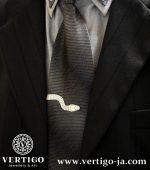 Srebrna spinka krawatowa Wąż na modelu