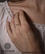 Srebrny pierścionek z włosami Wenus na modelce