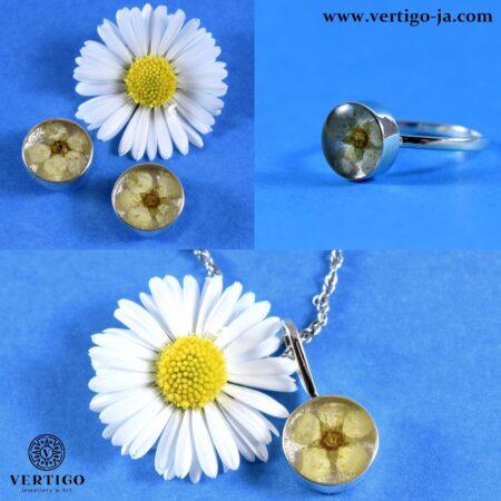 Srebrny komplet damskiej biżuterii z żywicą i białymi kwiatuszkami