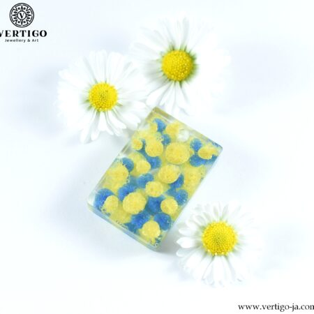 Wisiorek z perłowymi żółto-niebieskimi kropkami