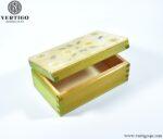 Środek drewnianego pudełka z żywicą i polnymi kwiatami, zielony kolor pudełka