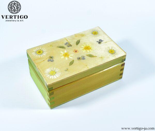 Drewniane, ręcznie dekorowane pudełko z żywicą i polnymi kwiatami