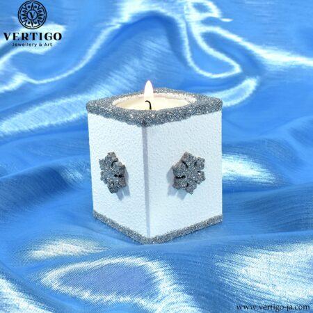 Drewniany biało-srebrny świecznik na tealight z zimowym motywem