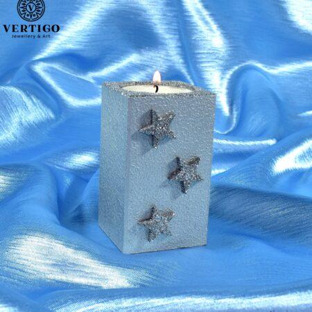 Ręcznie malowany drewniany świecznik w srebrnym kolorze z gwiazdkami