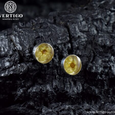 Kolczyki na sztyfty z żywicą i kwiatkami wykonane ze srebra 0,925 - okrągłe