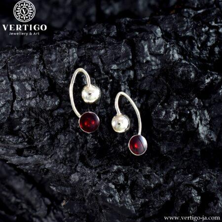 Srebrne abstrakcyjne kolczyki na sztyfty z czerwona żywicą inspirowane wiśniami
