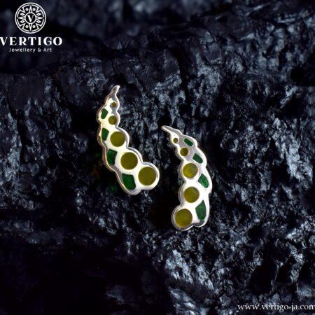 Srebrne kolczyki na sztyfty z żółta i zieloną żywicą o abstrakcyjnym kształcie inspirowanym porzeczkami