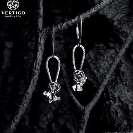 Oksydowane srebrne kolczyki z różami zapinane na angielskie bigle