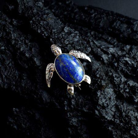 Srebrna broszka z żółwiem morskim z naturalnym lapis lazuli jako skorupa żółwia