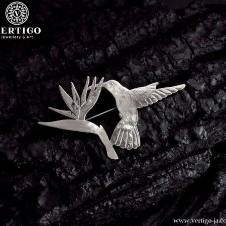 Srebrna broszka z kolibrem pijącym z tropikalnego kwiatu - broszka o różnych fakturach