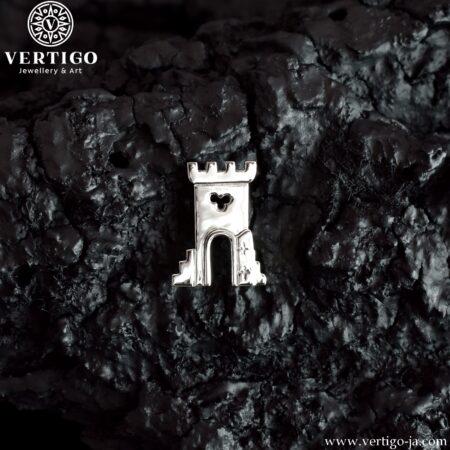 Srebrna przypinka z Wieżą z herbu Otmuchowa