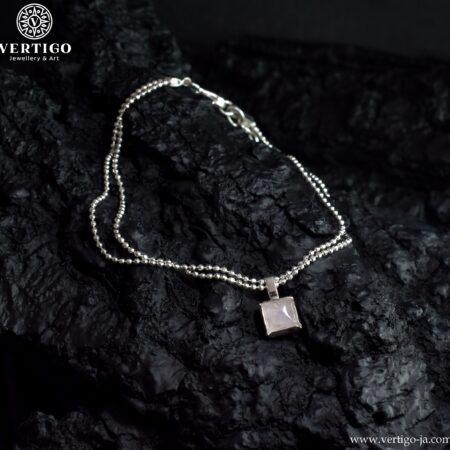 Srebrna podwójna bransoletka z kubeczkowym łańcuszkiem z zawieszką z kwarcu różowego w kwadratowym szlifie kaboszonowym