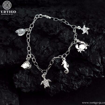 Srebrna bransoletka na łańcuszku o dużych oczkach z zawieszkami muszlą, rybką, żółwiem i konikiem morskim, krabem, rozgwiazdą