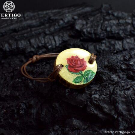 Drewniana bransoletka z czerwona różą na brązowym woskowanym sznurku z możliwością regulacji