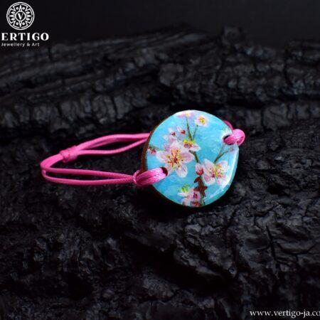Drewniana bransoletka z kwiatami wiśni na różowym woskowanym sznurku z możliwością regulacji