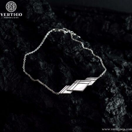 Elegancka srebrna bransoletka z kompozycją 3 polerowanych rombów z ciemnymi ozobnymi liniami