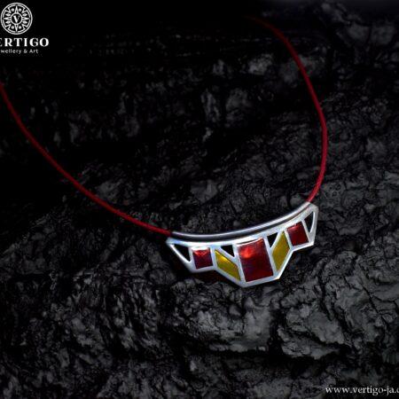 sznurkowy naszyjnik z geometryczna ozdoba zrobiona z oksydowanego srebra 0,925 i transparentnej żywicy w czerwonym i żółtym kolorze
