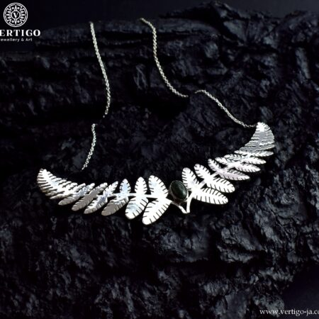 Srebrny bogaty naszyjnik z dwoma dużymi, tropikalnymi liśćmi i kamieniem serafinitem w centrum