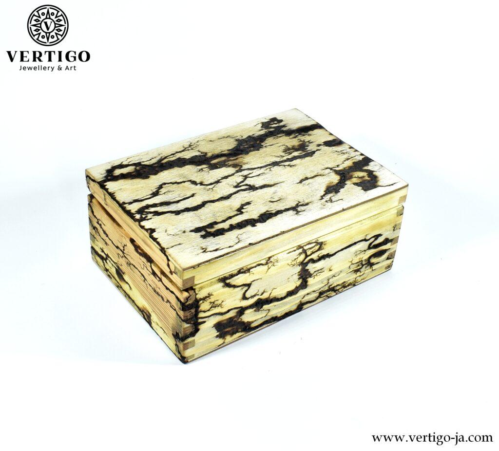 Drewniana szkatułka z figurami Lichtenberga