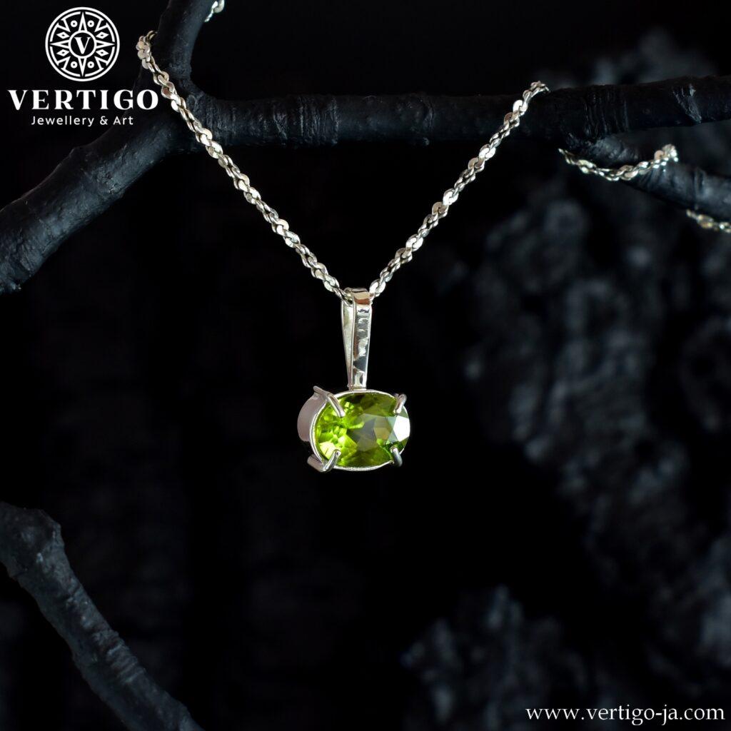 Klasyczna zawieszka z naturalnym, zielonym kamieniem - perydotem oprawiony w srebro 0,925