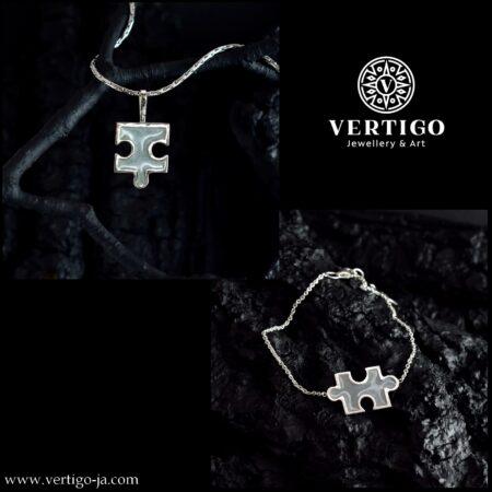 2 częściowy srebrny komplet biżuterii z perłową żywicą - biało-niebieskie puzlle - zawieszka i bransoletka