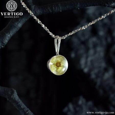 Kobieca srebrna zawieszka z zatopionym w żywicy kwiatuszkiem - okrągła zawieszka