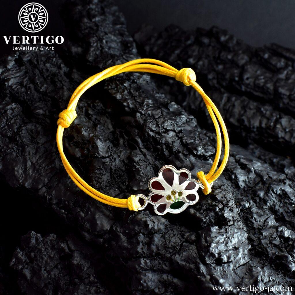sznurkowa bransoletka ze srebrna ozdobą ludowym kwiatkiem z żywicą