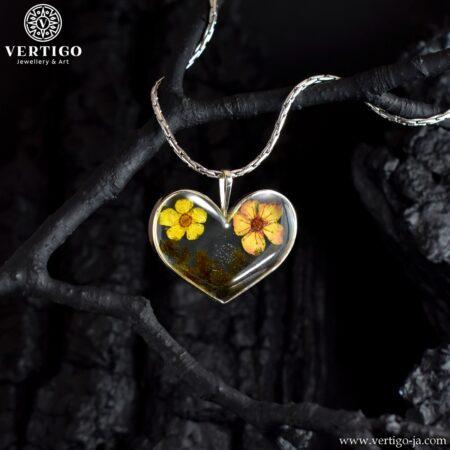 Srebrne serduszko z kwiatkami w żywicy - srebrny wisiorek handmade