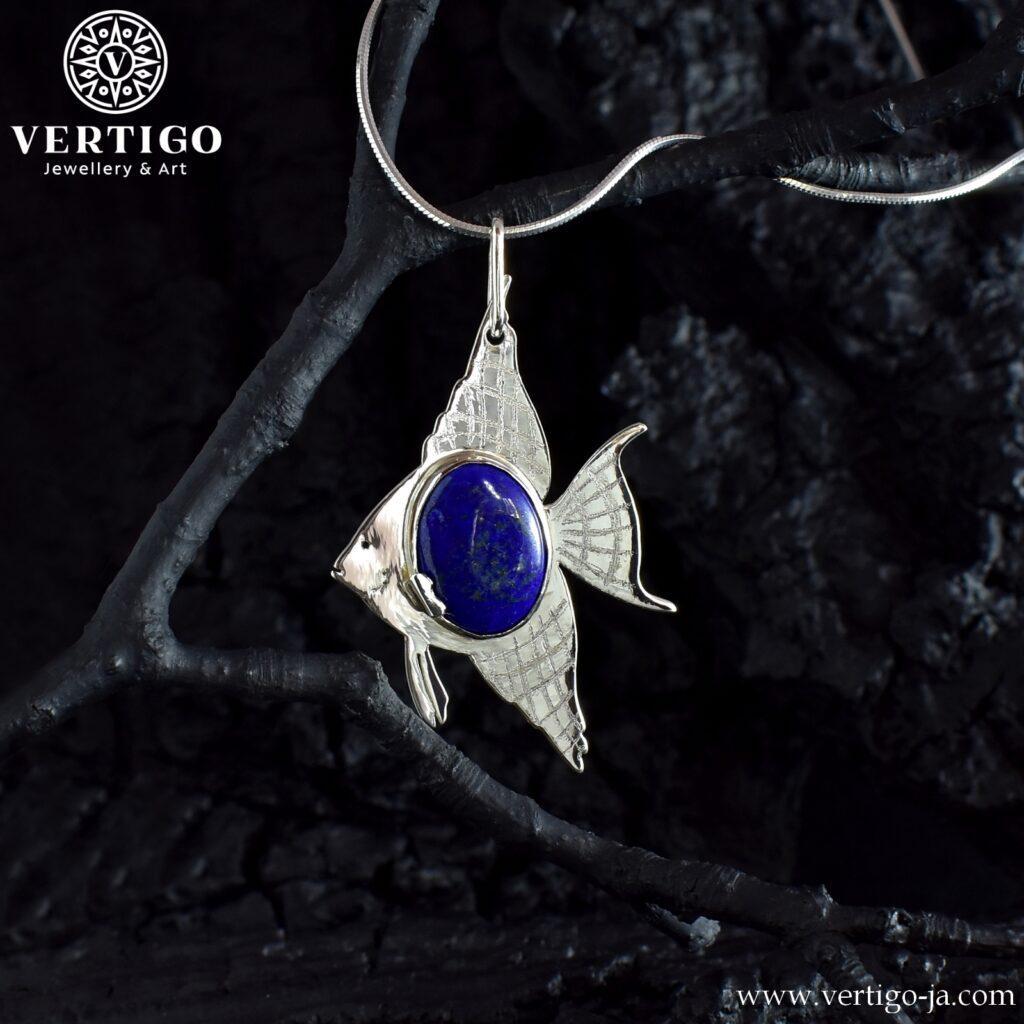 Duży wisiorek z rybą - skalarem i owalnym niebieskim kamieniem pośrodku - lapis lazuli - Ag 925