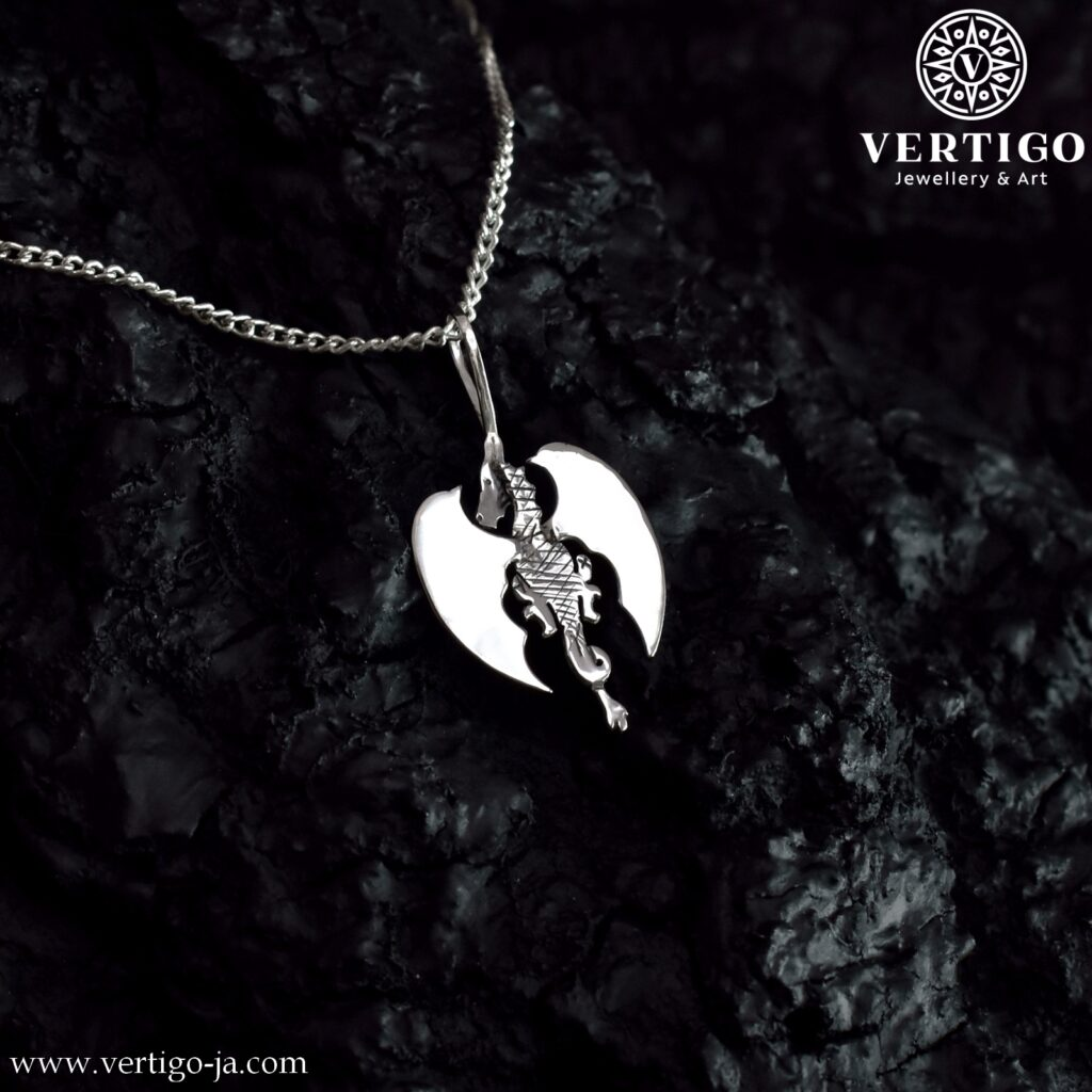 Wisiorek smok - ręcznie robiony wisiorek ze srebra 0,925 - smok stojący tyłem z polerowanymi skrzydłami i ciemnym tłowiem