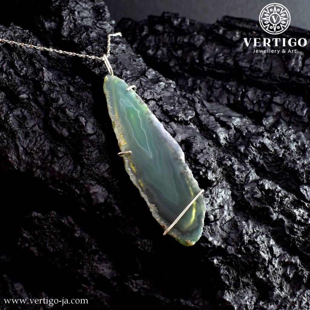 Srebrny duży wisior z zielonym agatem o podłużnym kształcie oprawionym w srebro 0,925