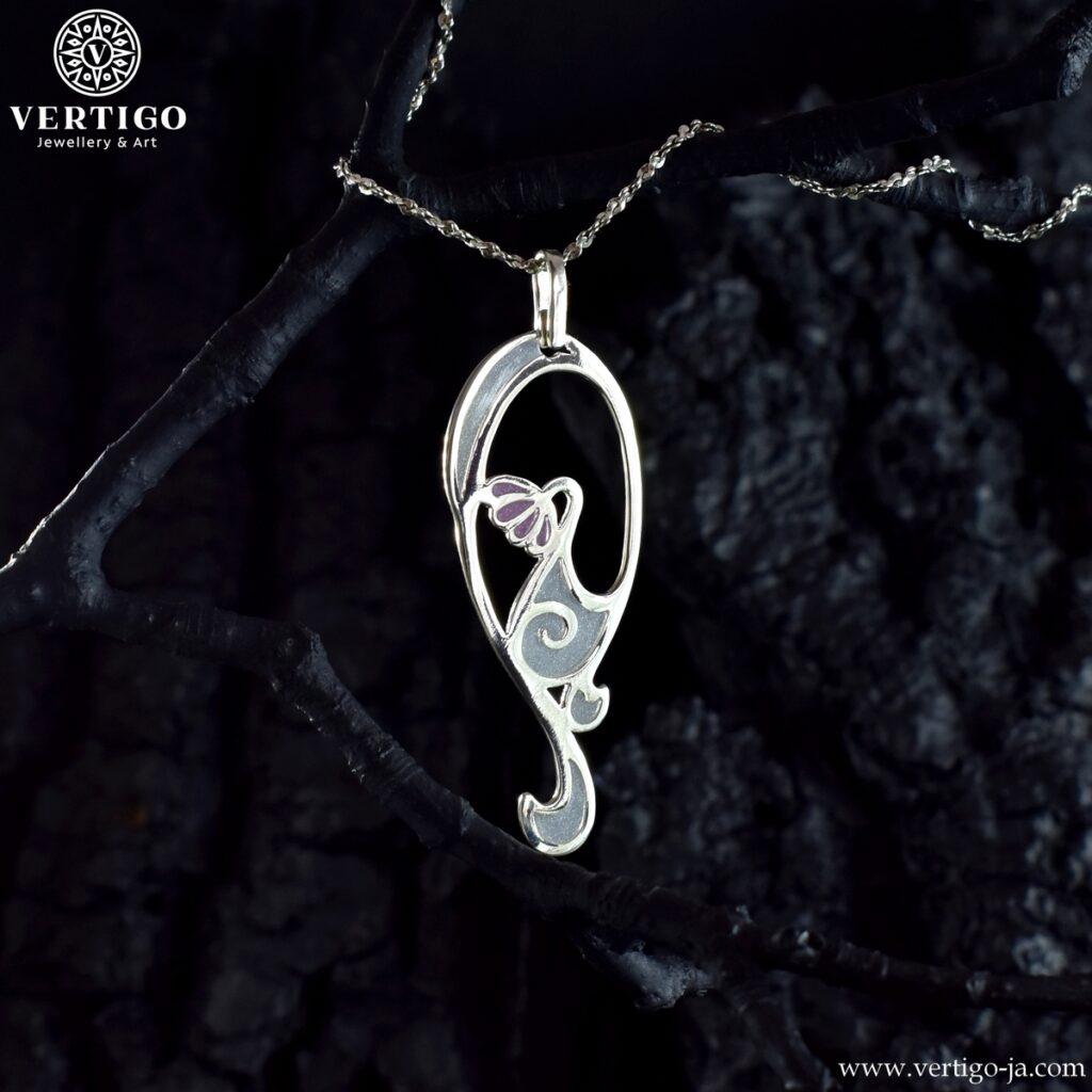 Wisiorek z perłową żywicą inspirowany secesyjna biżuterią - srebrny wisiorek z różowym kwiatuszkiem