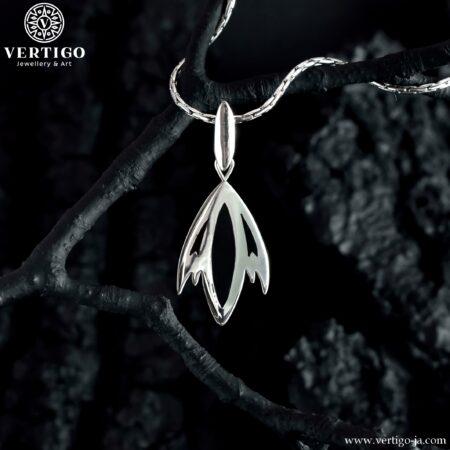 Srebrny wisiorek z gotyckim motywem z akcentami z czarnej żywicy - czarny tulipan