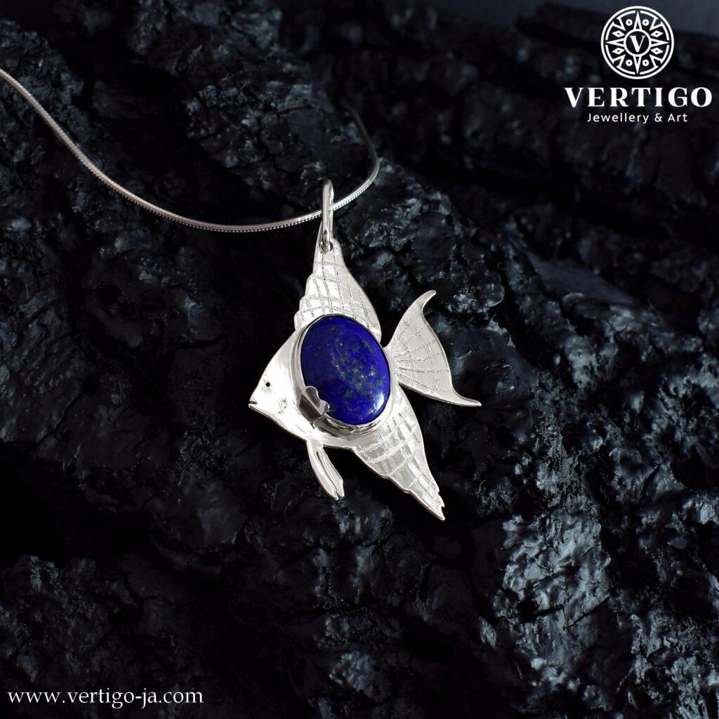Duża srebrna zawieszka z rybą skalarem z umieszczonym pośrodku tułowia owalnym lapis lazuli