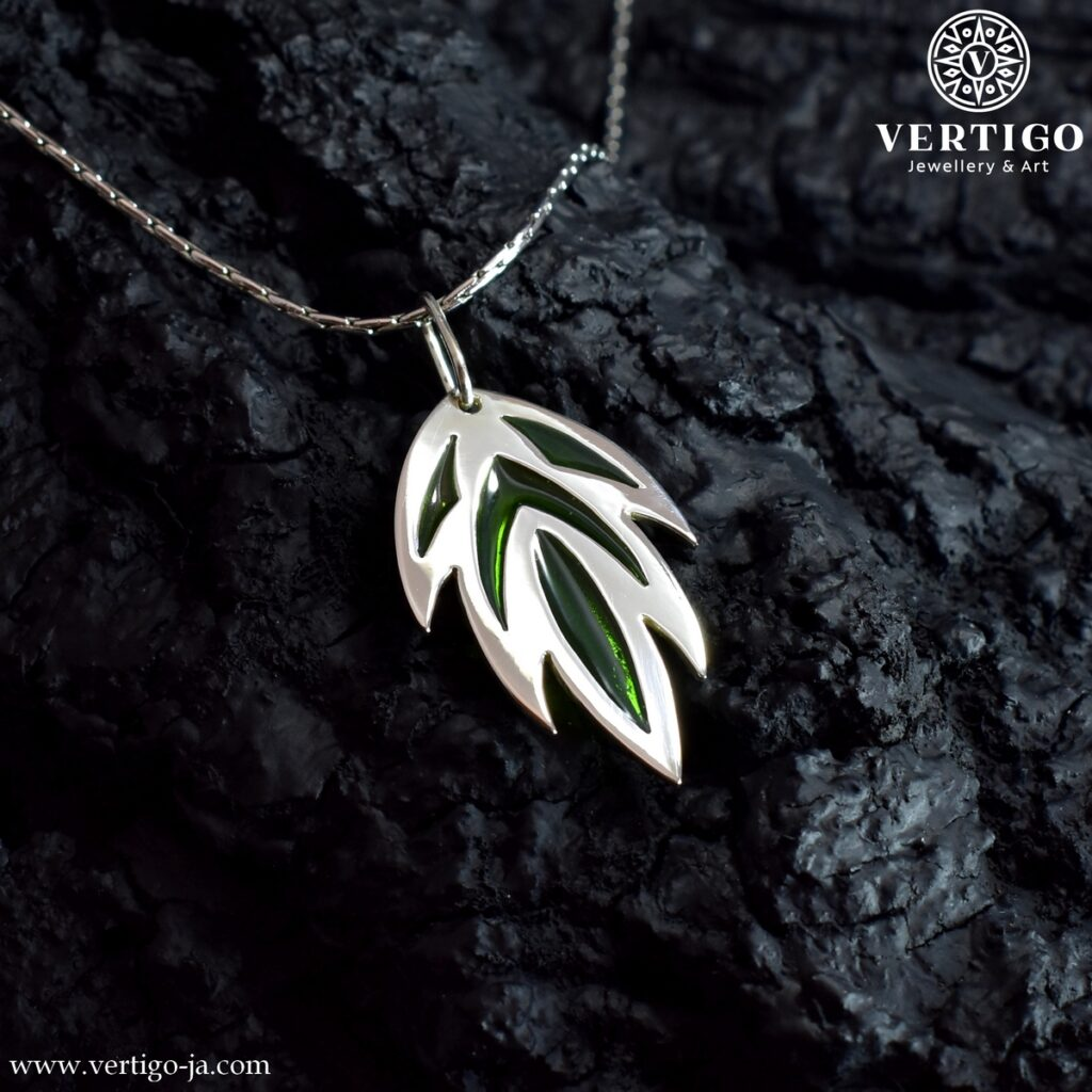 Srebrna zawieszka liść z zielonymi akcentami z żywicy - liść tatuaż