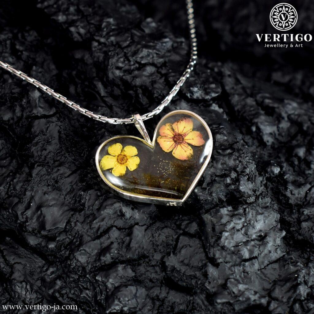 Zawieszka srebrne serce z kwiatami i mchem w żywicy