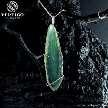 Duży wisior z zielonym, barwionym agatem w formie podłużnej nieregularnej płytki oprawiony w łapki i mostek - srebro 0,925