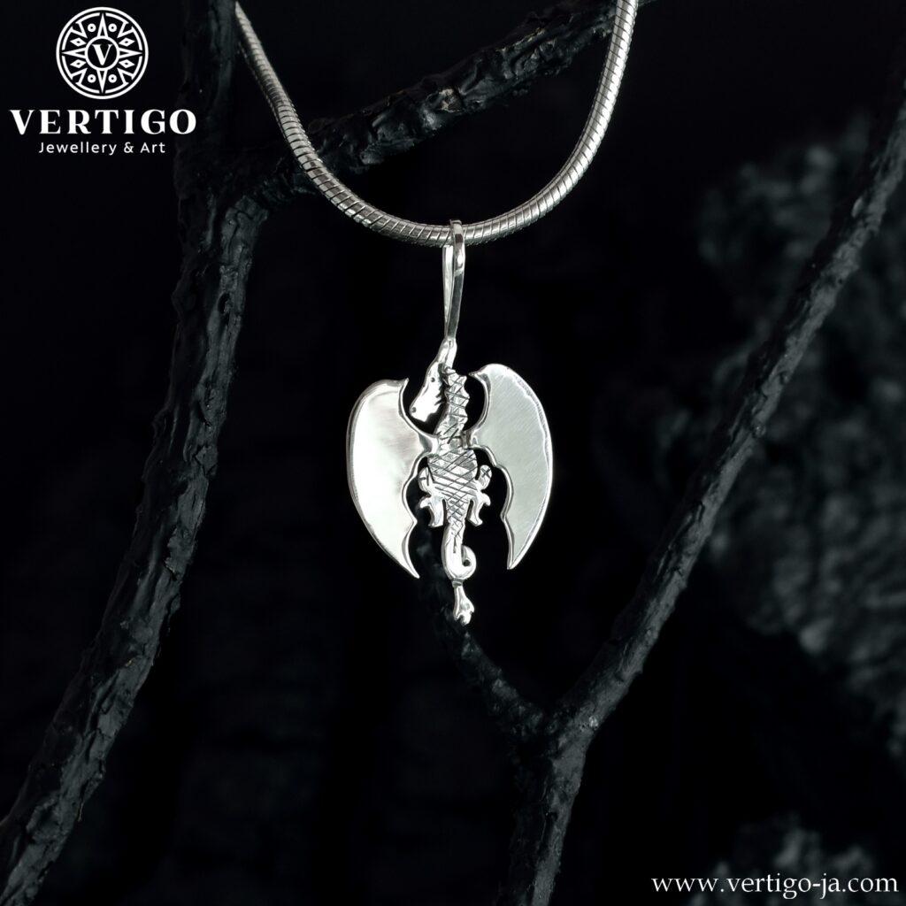 Srebrny smok odwrócony tyłem z polerowanymi skrzydłami - ręcznie robiony wisiorek z częściowo oksydowanego srebra 0,925