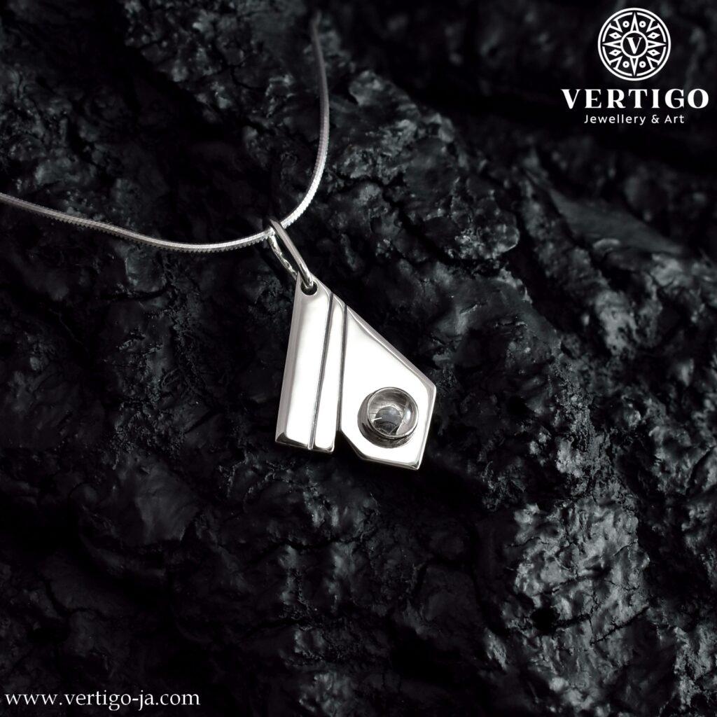 Polerowana, geometryczna zawieszka z 2 ciemnymi nacięciami i okrągłym 5 mm kamieniem Włosy Wenus - Ag 925